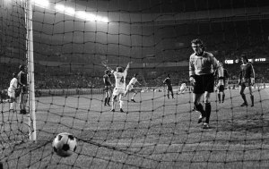 28/05/1975 Paris.  European Cup Final. Bayern Munich v Leeds United. Bayern goalkeeper Sepp Maier is beaten by Lorimer's volley but the goal is disallowed.